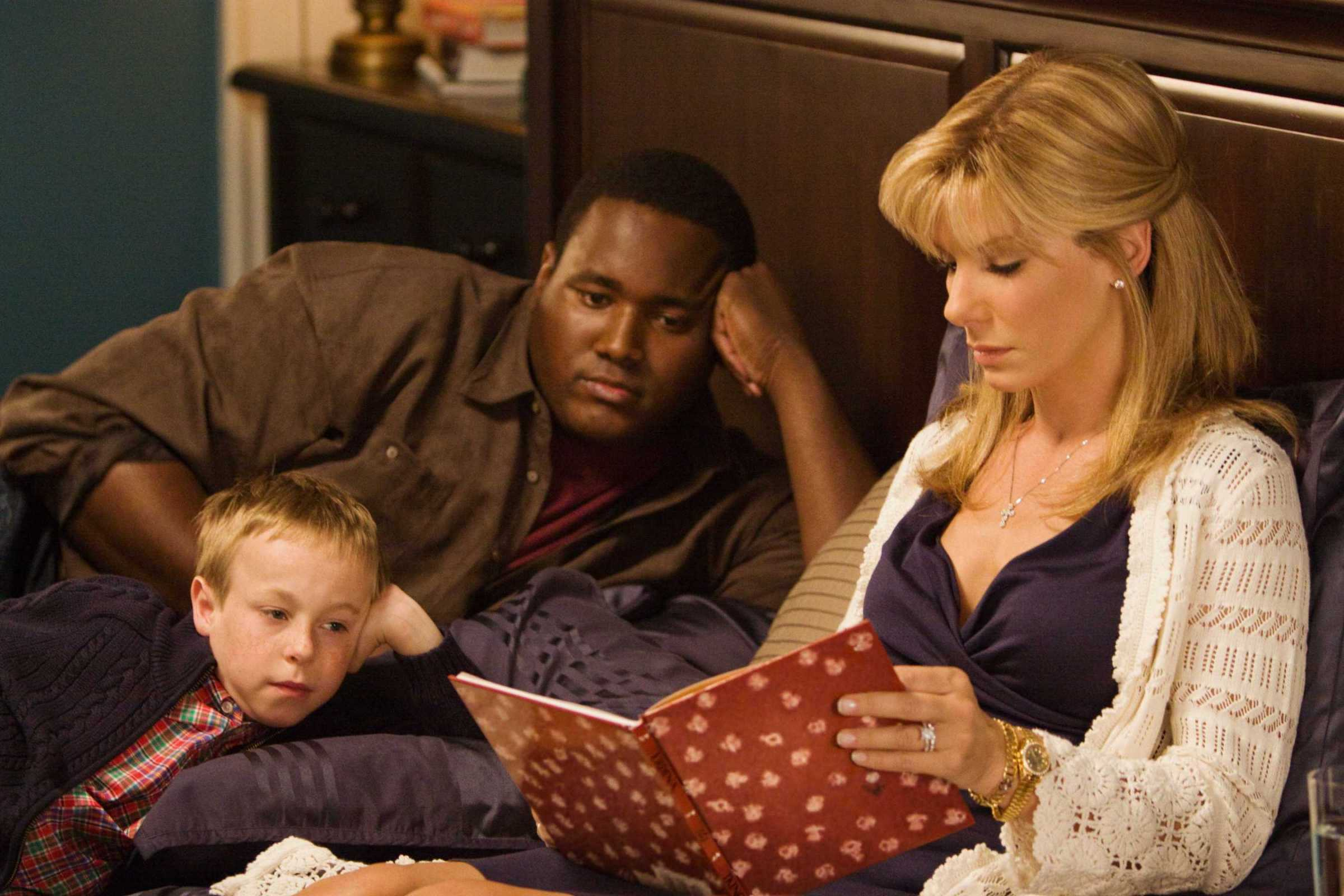 BS-01962r (L-r) JAE HEAD as S.J., QUINTON AARON as Michael Oher and SANDRA BULLOCK as Leigh Anne Tuohy in Alcon EntertainmentÕs drama ÒThe Blind Side,Ó a Warner Bros. Pictures release.